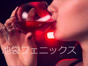 キャバクラでお酒を飲む女性
